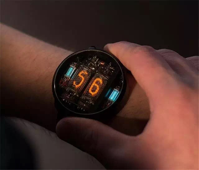 辉光氖气手表是什么东东?纽瑞德小编马上为您科普!更多信息请点击: ,或者拨打我们的电话热线:400-6277-838  辉光管还有一个名字叫冷阴极离子管,是一种利用气体辉光放电原理工作的离子管,一般在物理电路中其稳定作用、指示灯作用。 这款手表就是采用了辉光管氖气作为显示时间发光的材料,抬起手腕时时间指示就会发光发亮,依次显示当时的时钟和分钟。看到这里你一定想知道这个手表如何调节时间呢?其实很简单,它是用磁铁在手表的两边靠近后就可以对时间进行调节哦!  戴着这样独特的又有点工科的冷静气质和浓浓复古情怀的